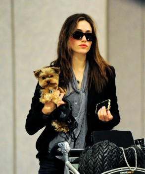 Эмми Россам, фото 3319. Emmy Rossum Looks Great with Her Dog LAX 2/17/12, foto 3319