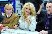 Памела Андерсон, фото 4982. Pamela Anderson signs autographs at Lugner City in Vienna, Austria, March 5, foto 4982